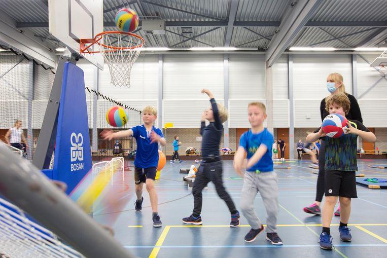 Jeugdleden van de Bilthovense volleybalvereniging Irene in training, in de Volleybalspeeltuin. Beeld Jörgen Caris