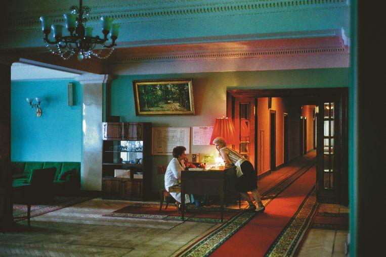 De lobby van Hotel Oekraïne baadt in een warme gloed, Moskou. Beeld rv Harry Gruyaert
