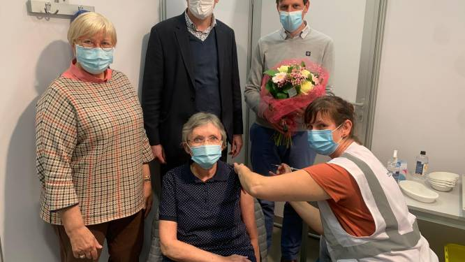 Godelieve (67) krijgt als 10.000ste vaccin in De Mast
