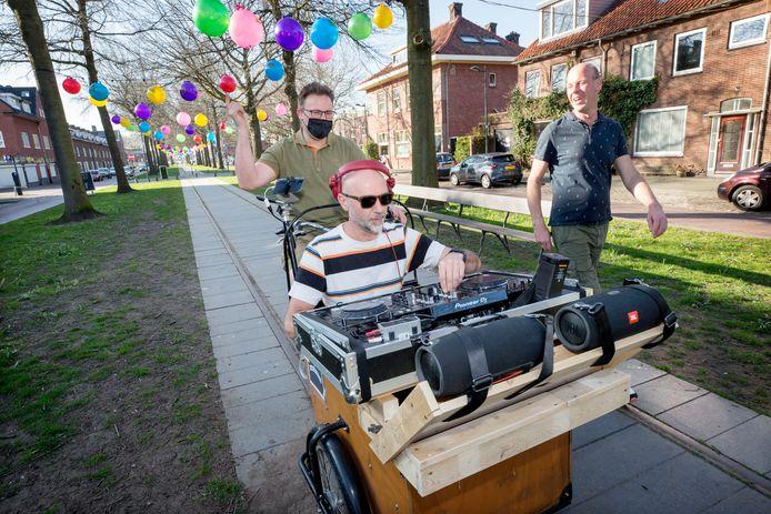 De Bakbeats in de Bredase Speelhuislaan met DJ Rogier van Besouw aan de knoppen,  Erwin van den Boer in het zadel en DJ de Baron (Eric Vermeulen) ernaast