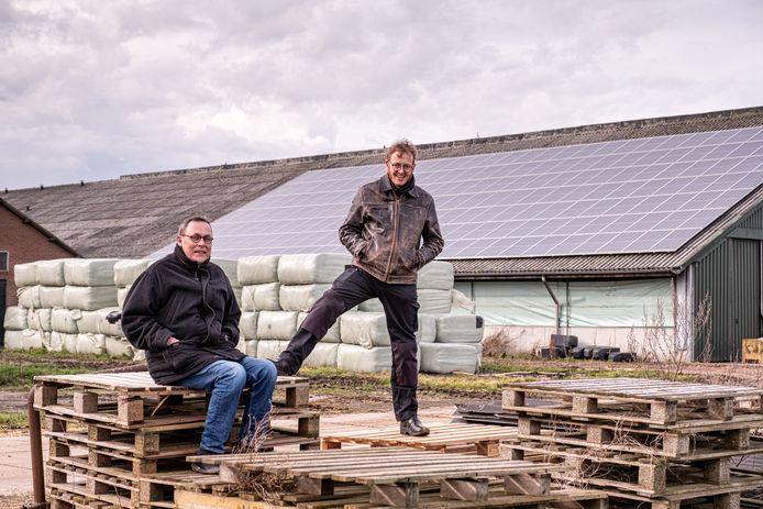 Ben Stoelinga (l) en Jos Tolboom zijn enthousiast over het zonnepanelenproject op de geitenboerderij. De ene helft van het dak is afgelopen jaar vol gelegd met zonnepanelen, de andere helft komt dit voorjaar.