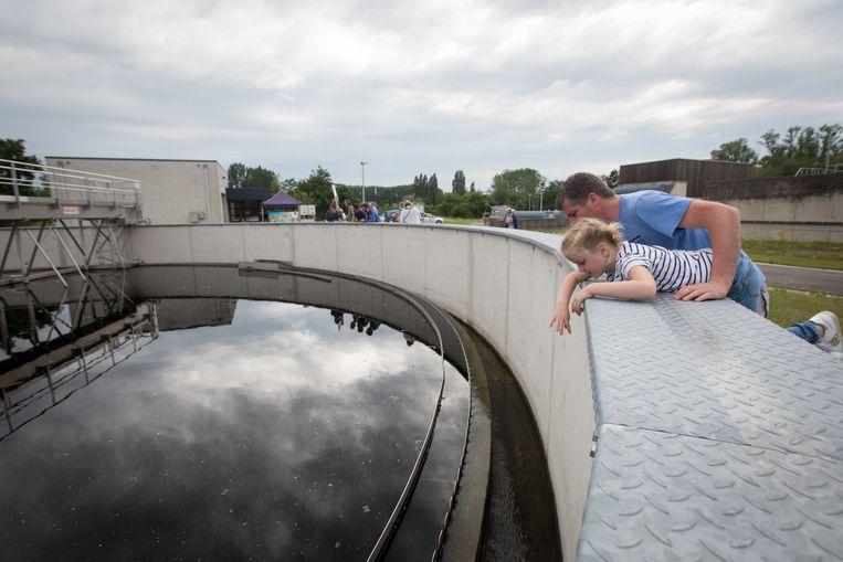 Buurtbewoners bezoeken het waterzuiveringsstation van Bilzen