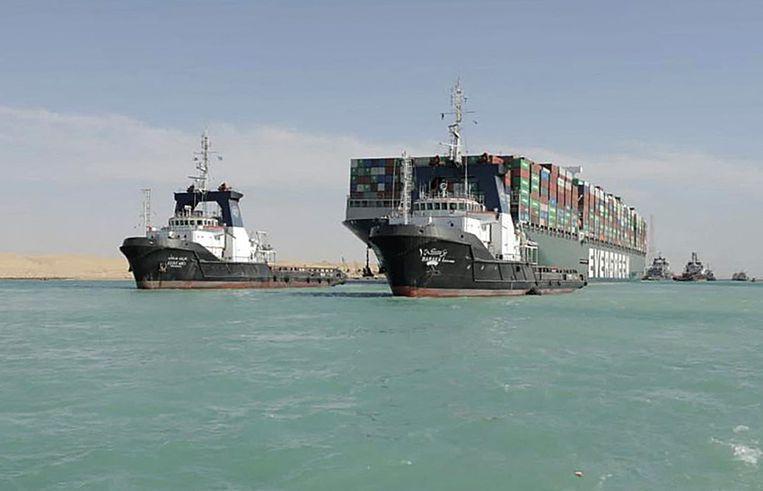 De Ever Given wordt weggesleept uit het Suezkanaal.  Beeld AFP