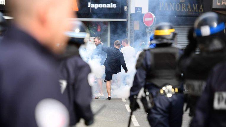 De oproerpolitie zet traangas in tegen Engelse supporters. Beeld EPA