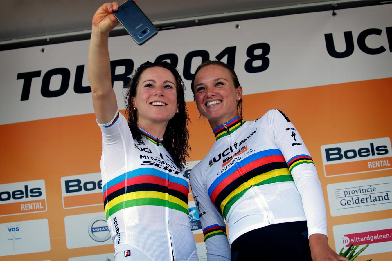 Wereldkampioene tijdrijden Annemiek van Vleuten (links) op het podium van de Boels Ladies Tour met de wereldkampioene op de weg van 2017, Chantal Blaak.
