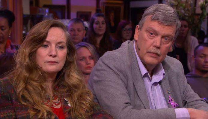 De ouders van de overleden Ximena (19) droegen een vlindertje op hun borst bij RTL Late Night. In de uitzending deden zij een emotionele oproep om dit symbool naar de Tweede Kamer te sturen, in de hoop dat de politiek het zelfdodingsmiddel zal verbieden.