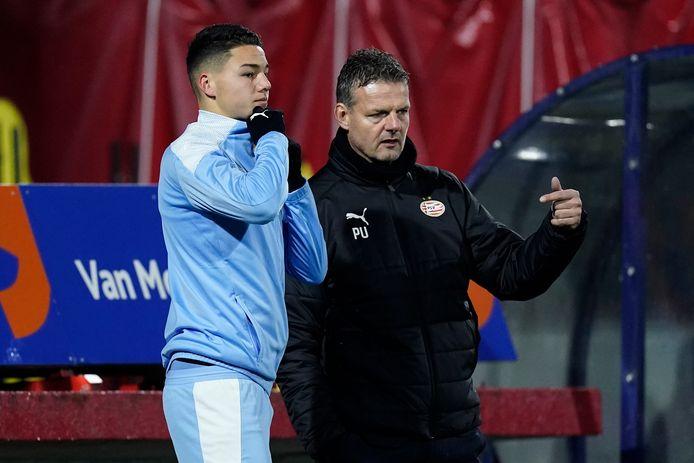 Jong PSV-trainer Peter Uneken met debutant Jenson Seelt.