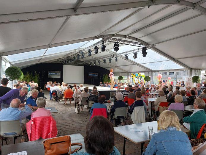 De allereerste editie van 'het Verwenweekend' stond dit weekend op het programma in Poperinge. Op zondagmiddag werden de nieuwe collecties van de modezaken tijdens een modeshow getoond.