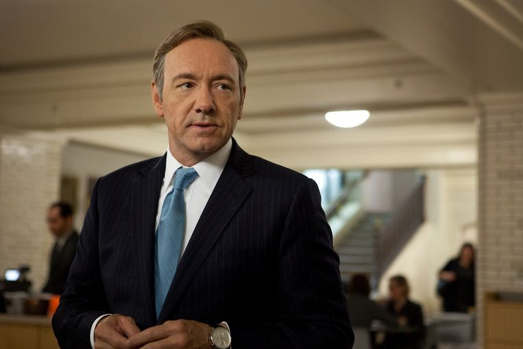Zelfs de berekende, scrupuleloze politicus die in 'House of Cards' zijn zinnen op het presidentschap heeft gezet, duikt de koffer in met mannen. Beeld Netflix