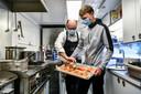 Oliver Naesen aan het koken.