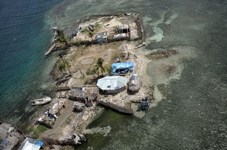 Cartí Cohabita is een van de kwetsbaarste eilanden; de bevolking probeert het eiland te beschermen door het bouwen van een muur van koraal.   Beeld Kadir van Lohuizen / NOOR