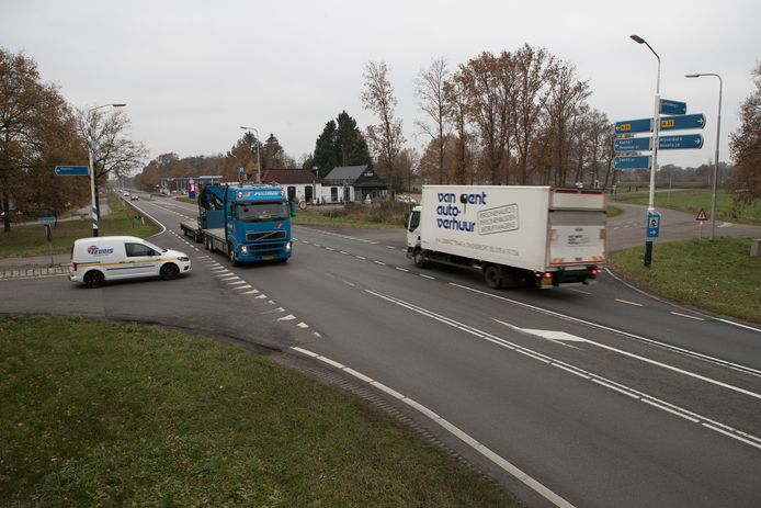 Een viaduct over de N35 moet de verkeersveiligheid op de kruising met de Stationsweg in Haarle verbeteren.