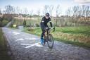 """Filip Everaert (46) komt - met de auto - uit Overijse voor een ritje over de kasseien. """"Al die nieuwe fietsers, allemaal goed en wel. Maar we zullen eens zien over drie jaar, wat er dan allemaal te koop zal zijn aan tweedehandsfietsen."""""""