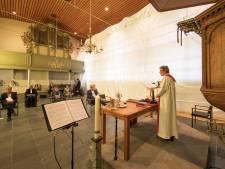 Steigers en een handvol mensen in de kerk: bijzondere intrede voor predikant in Heinkenszand