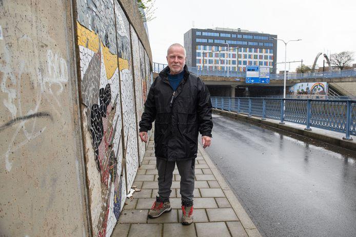 Raadslid Bert Hümmels van Leefbaar Almelo stoort zich er al langer aan dat de kunstwerken in de Mans Kapbaargtunnel nog niet allemaal klaar zijn en dat sommige inmiddels weer beschadigd zijn.