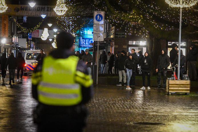 Op het Rijnplein in Alphen zijn veel mensen afgekomen op de aangekondigde demonstratie tegen de coronamaatregelen en de avondklok. De politie stuurt op dit moment iedereen weg.