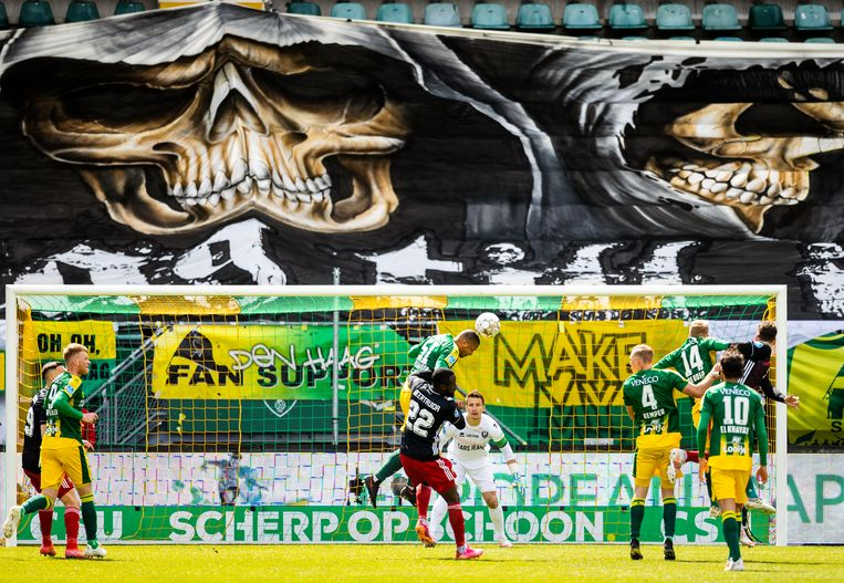 Een kansloze doelpoging van Feyenoord. Zuiverloon ruimt op namens ADO.  Beeld Jiri Büller