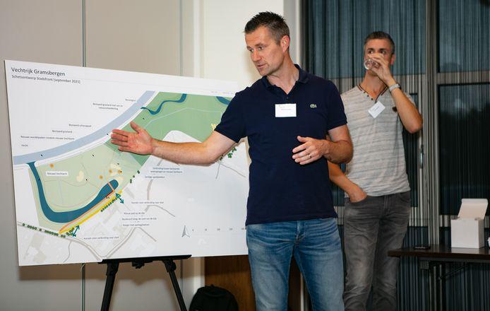 Martijn Spoolder van gemeente Hardenberg geeft uitleg over Vechtrijk Gramsbergen. Remco Wolters van Waterschap Vechtstromen kijkt toe.
