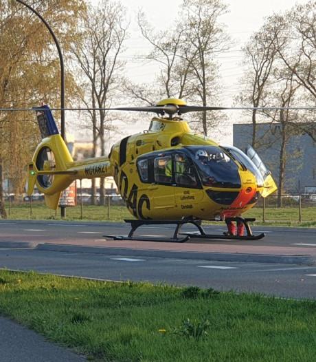 Motorrijder zwaargewond bij botsing in Hengelo: traumahelikopter ingezet