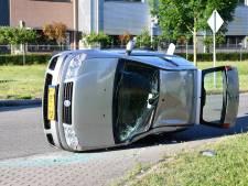 Auto na aanrijding op zijn kant in Lelystad, bestuurster raakt gewond