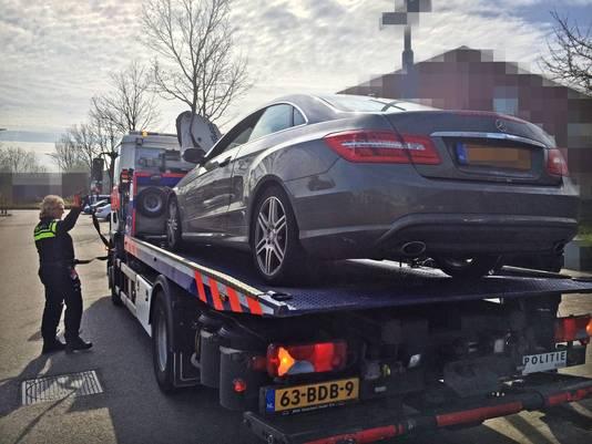 Een dure Mercedes wordt weggesleept.