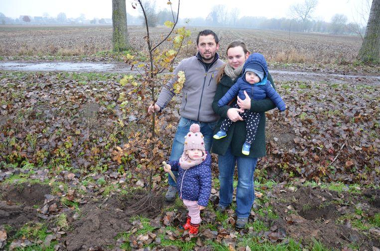Jolien De Vleesschouwer en Tom Van Kerckhove planten samen hun dochtertje Nona (3) een boompje voor de jonge Nand (7 maanden)