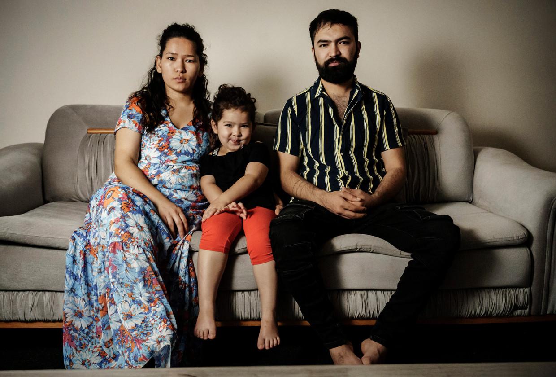De Afghaanse Nadra Ahmadi met echtgenoot en dochtertje. Beeld Eric de Mildt