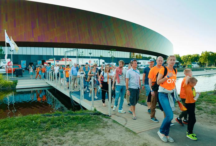 Een grote horde bezoekers verlaat de nieuwe Sportcampus.