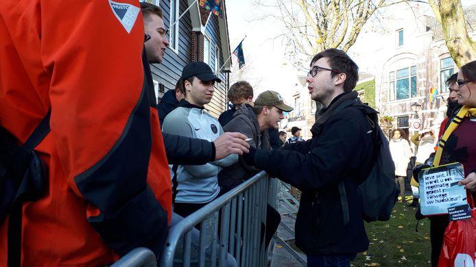 Demonstranten in gesprek met omstanders.