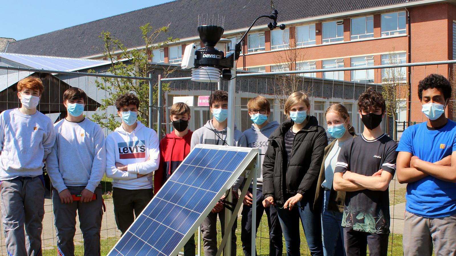 De leerlingen rond hun weerstation.