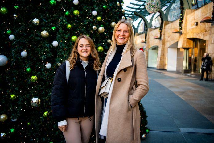 Ook voor de zussen Eva en Lisa wordt kerst dit jaar ingewikkeld.