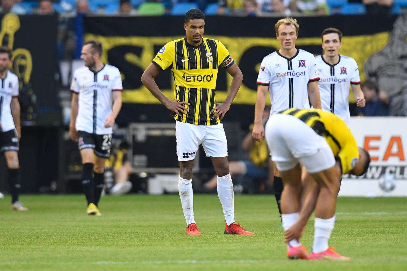 """Vitesse-captain Danilho Doekhi baalt nadat Dundalk FC de 1-2 maakt. ,,Gelukkig maakten we daarna nog gelijk. Daardoor is winnen in Ierland voldoende."""""""