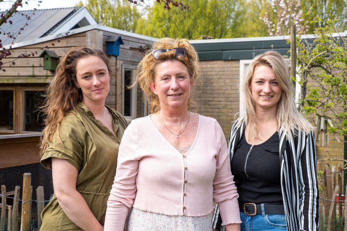 Jolanda Bredewolt (Midden) Samen met haar dochters Linda (links) en Laura (rechts).