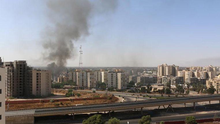 Rookwolken in Tripoli na gevechten bij de luchthaven Beeld reuters