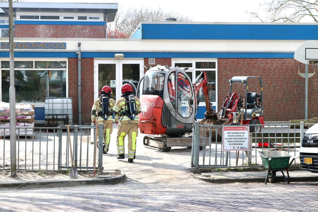 De brandweer doet onderzoek bij het schoolgebouw in Emmeloord.