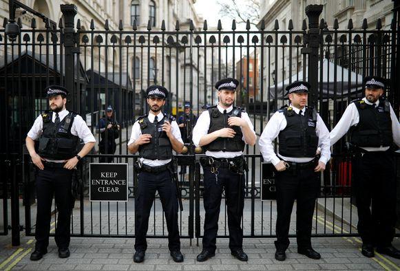 Politie voor de toegang tot Downing Street, met op nummer 10 de ambtswoning van premier May.