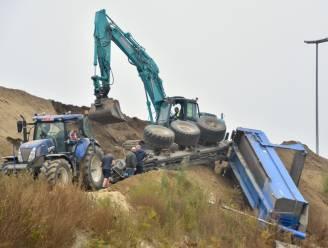 Aanhangwagen met aarde kantelt, aannemer schakelt twee kranen in voor takelwerken