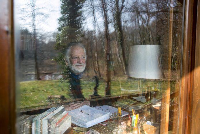 Paul Kluwer achter zijn bureau in de blokhut in het bos bij Epse. Hij bewaarde er meer dan honderd vertalingen van de Dao De Jing.