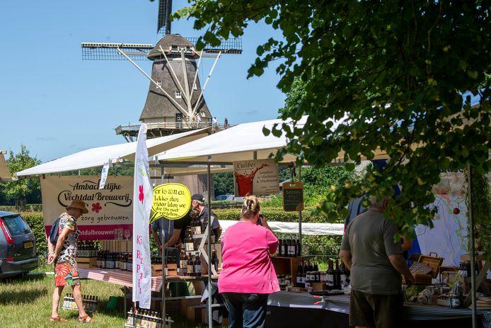 Boerenmarkt in Vilsteren. Kramen rond de molen.