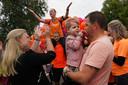 Tante Jolanda heeft Team Hailey opgezet en de hele run georganiseerd. Op de nek van haar echtgenoot bedankt ze iedereen die heeft bijgedragen aan Run for Kika.