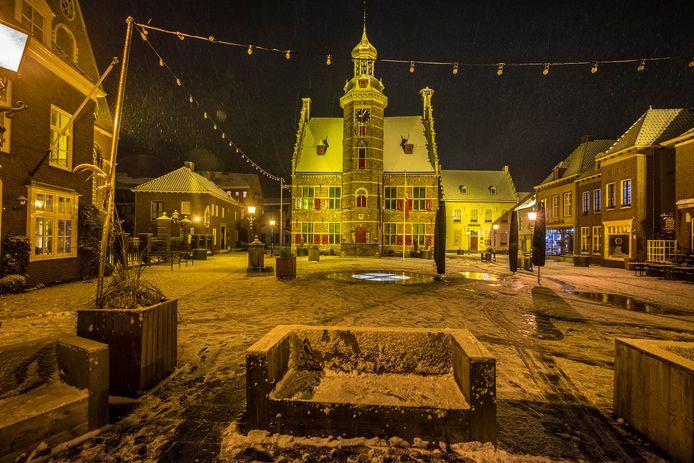 Sneeuw op de Markt in Gennep. Voor het eerst deze winter sneeuwt het en blijft deze ook liggen.