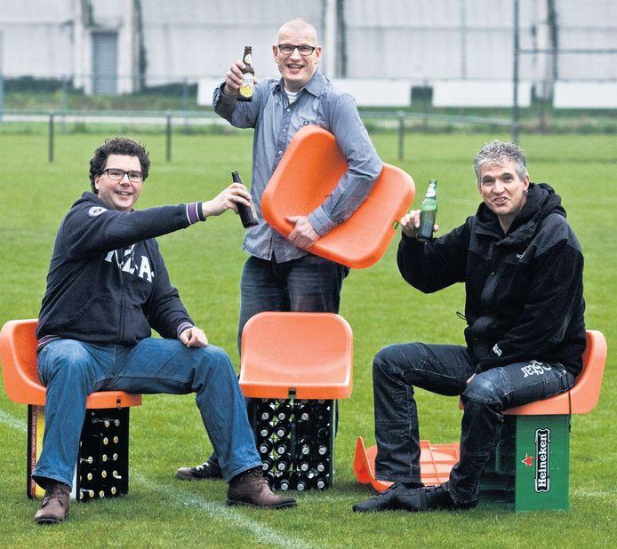 Archieffoto. Jaco Melse (rechts) en zijn vrienden hebben met hun kratstoeltje een regelrechte EK-hit te pakken.