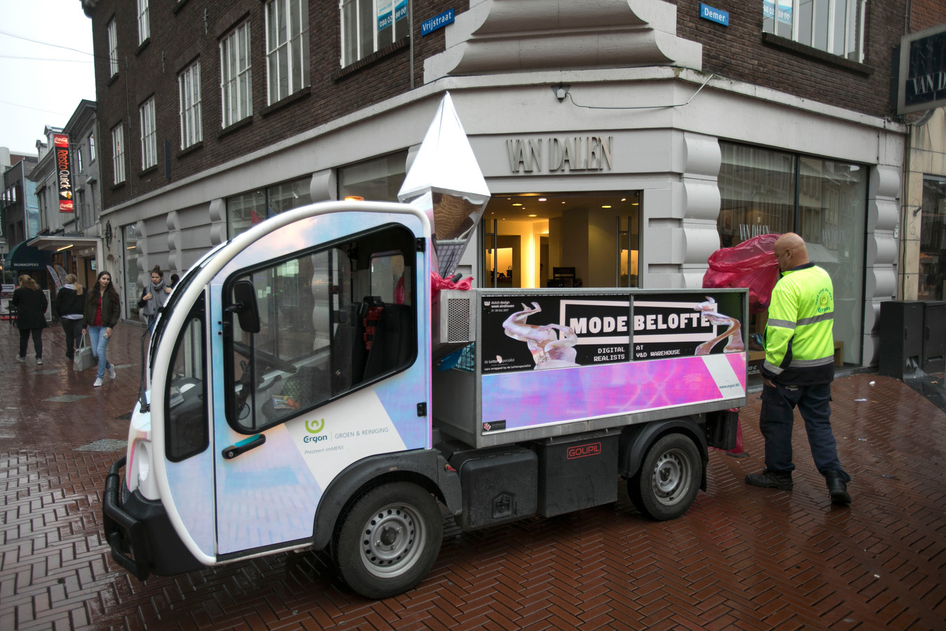 Een medewerker van Ergon actief in de binnenstad van Eindhoven