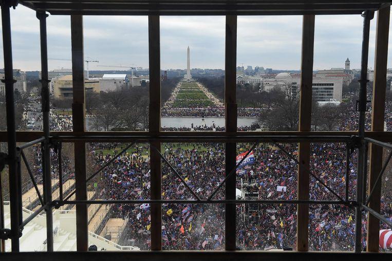 De massa Trump-aanhangers gezien vanuit een stelling aan het Capitool. Beeld AFP