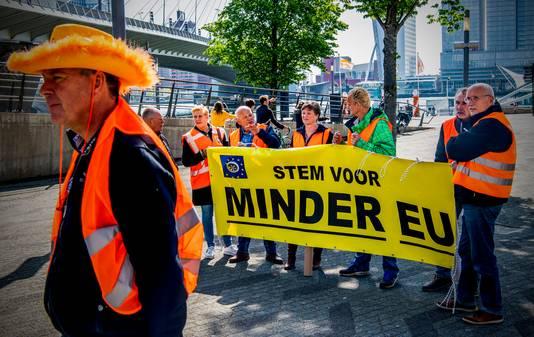 """De Rotterdamse gele hesjes - nu in het oranje - stoppen ermee. Voorman Marco de Haas (met oranje hoed) trekt vanwege de lage opkomst de stekker eruit. """"Het is klaar."""""""