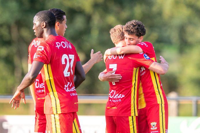 Giovarny Sluiter (rechts) krijgt de felicitaties na zijn gelijkmaker tegen Vitesse. De 1-1 ruststand tussen GA Eagles en Vitesse bleek in Terwolde ook de eindstand.