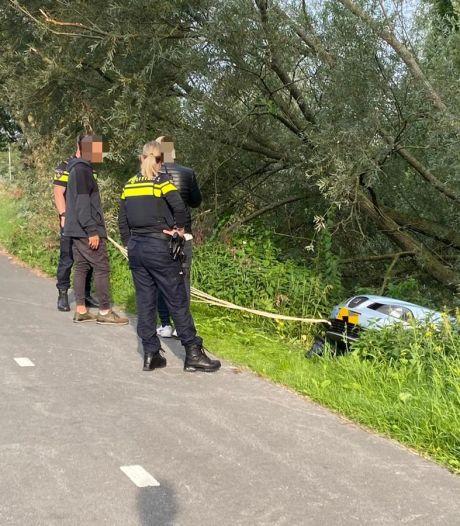 Keermanouvre op N201 Vinkeveen gaat mis; bestuurder glijdt van talud