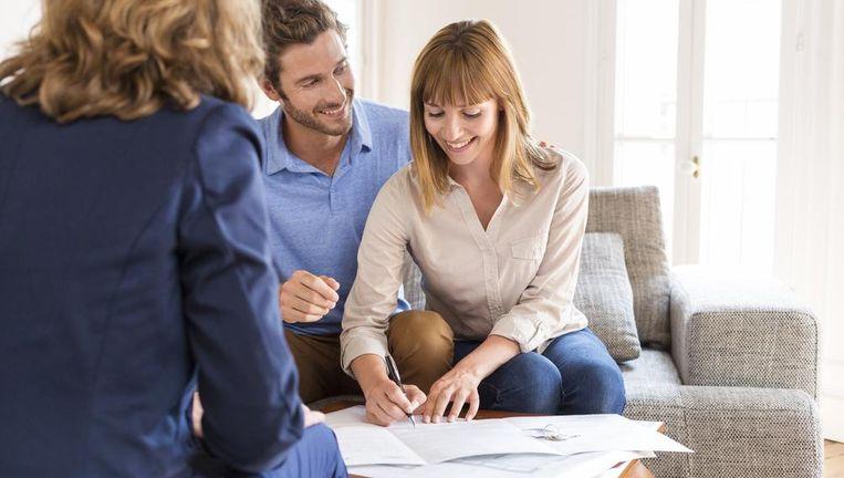 Ook bij het lenen aan vrienden zet u best alles goed op papier. Beeld Shutterstock
