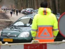 Vrouw botst bij Hattem tegen verkeersregelaar en geeft gas: 'U had niet zomaar door moeten rijden...'