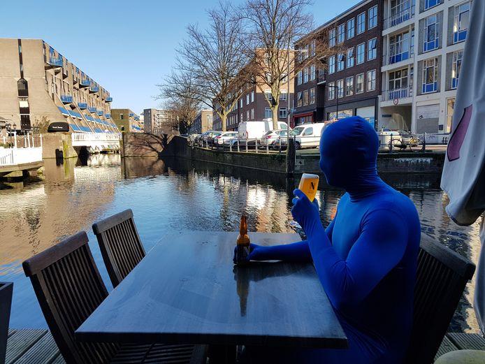 Met een biertje bij Haagse Bluf in hartje Rotterdam.